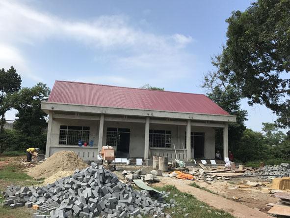 Hai phòng học của Trường Tiểu học Lê Văn Tám (phân hiệu buôn Lang) đang được gấp rút thi công.