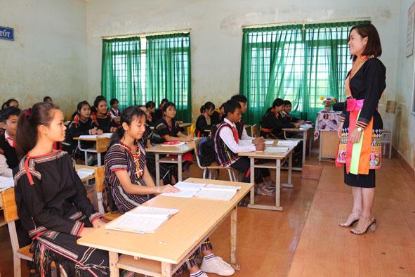 Cô trò trường Tiểu học - THCS Đinh Núp trong trang phục truyền thống của đồng bào dân tộc mình.