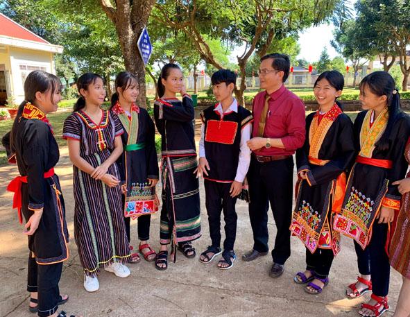 Thầy Hiệu trưởng Trần Đình Hương trò chuyện cùng các em học sinh.