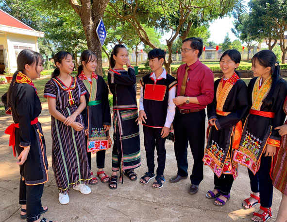 Nét đẹp dùng trang phục truyền thống làm đồng phục đến trường